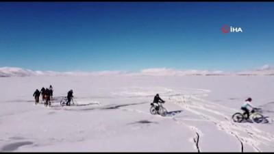 Buz tutan Çıldır Gölü üzerinde pedal çevirdiler