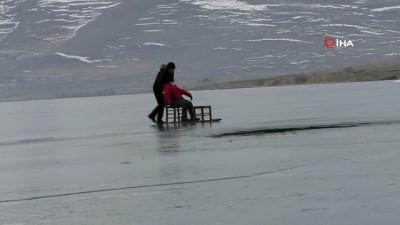 Çıldır Gölü'nde şaşırtan görüntü...Gölün buzları erken çözüldü, yüzeyde çatlaklar oluştu