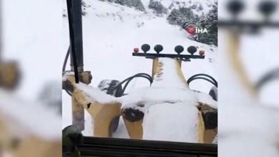 Kar nedeniyle kapanan köy yolu ulaşıma açıldı