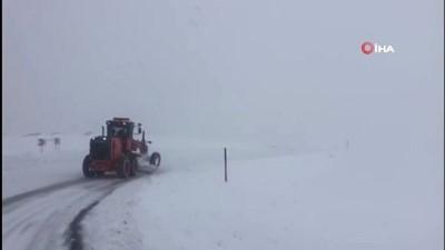 Kar nedeniyle kapanan Tunceli-Erzincan karayolu kontrollü şekilde geçişlere açıldı