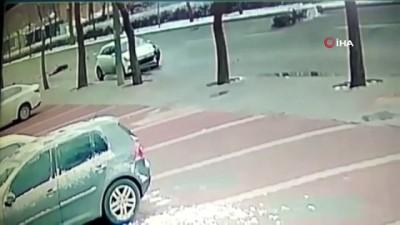 trafik kazasi -  Otomobilin gazete dağıtıcısına çarptığı kaza kamerada...Hayatını kaybeden şahsın cesedi dağıttığı gazetelerle kapatıldı