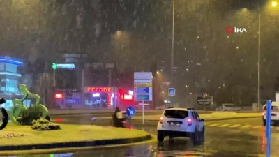 Sakarya'da etkili olan kar yağışı, şehir merkezini beyaza bürüdü