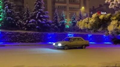 Kar yağışını gören kısıtlamaya rağmen sokaklara indi