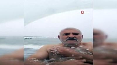 Buz adam eksi 1 derecede denize girdi, kar banyosu yaptı