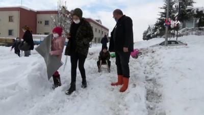 Çocuklar karda naylon ile kaydı