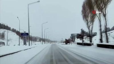 Erzurum Horasan karayolunda kar ve tipi nedeniyle ulaşım güçlükle sağlanıyor