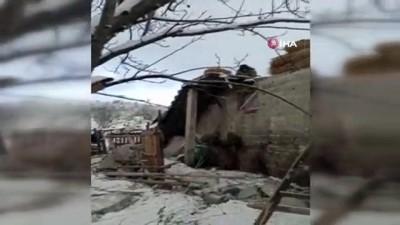 Kara dayanamayan ahırın çatısı çöktü, hayvanlar telef oldu