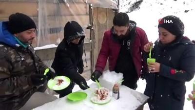 Kazdağları'nda kar lezzete dönüyor