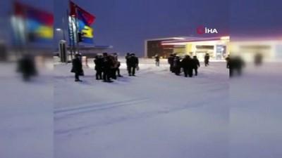Sağlık çalışanları kardan kapanan yolda dakikalarca bekledi