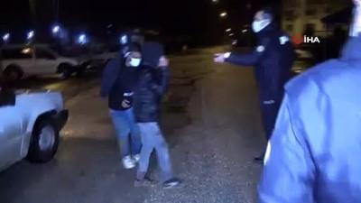 Demir çubuklarla dövdükleri adamın arabasına el koyup pompalı tüfek zoruyla çocuğunu kaçırdılar