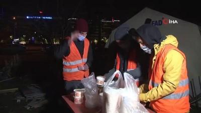 deprem -  Hasarlı binalarda nöbet tutan bekçilere çorba ikram ettiler