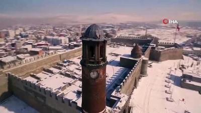 Karla birleşen tarihi mekanlarda eşsiz manzaralar ortaya çıktı