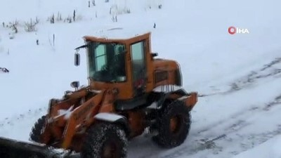 Sarıkamış'ta kardan kapanan yolları açma çalışmaları sürüyor