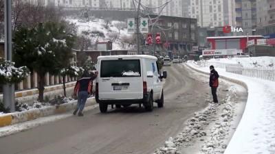 Şırnak'ta kar çocuklara eğlence, sürücülere çile oldu