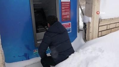 Bitlis kara gömüldü... Vatandaşlar kar üstünde oturarak ATM'lerden para çekiyor
