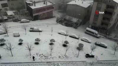 - Buzlu yolda duramayan araç evin bahçesine böyle uçtu