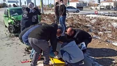 trafik kazasi -  Aksaray'da otomobiller çarpıştı: 3 yaralı