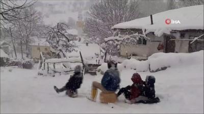 Amasya'da kar sevinci... Çocuklar bidonla kaydı