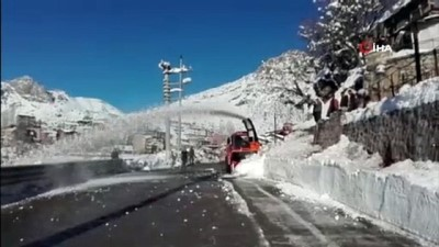 kar kureme araci -  Ekipler zorlandı, devreye kar küreme aracı girdi