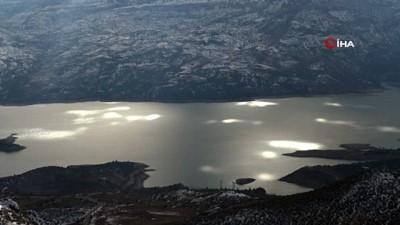 Turkuaz Baraj Gölü üzerinde güneş ile bulutların doğal ışık gösterisi