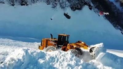 Kar kalınlığı 2 metreyi bulan Macahel bölgesinin yolu açıldı