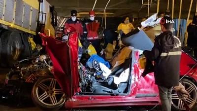 Asfalt kamyonun kağıt gibi ezdiği lüks otomobilden cansız bedeni çıktı
