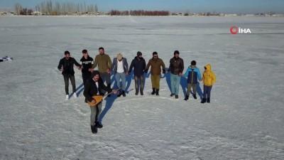 futbol maci -  Donan Arin Gölü'nde halay çekip, top oynadılar