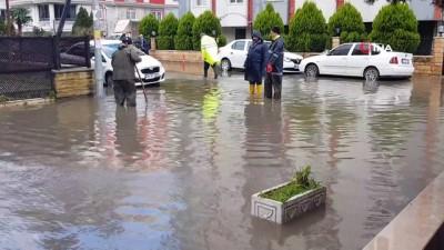 Edremit'te sağanak yağmur yolları göle çevirdi