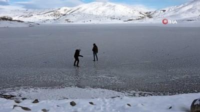 Gölet dondu, üzerine çıkıp yürüdüler