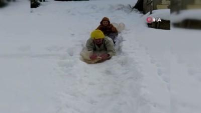 - Hem karla kaplı evinin yolunu açtı, hem de torununu eğlendirdi