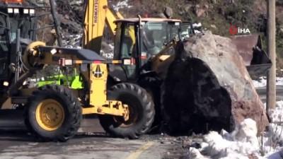 - Dev kaya karayoluna düştü iki iş makinesi zor kaldırdı