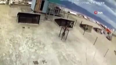 Bursa'da lodosun otomobil ve kamelyaları uçurduğu anlar kamerada