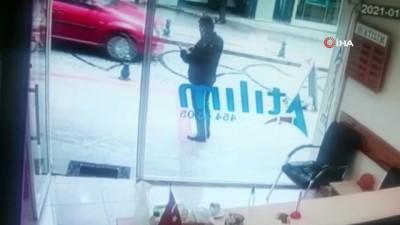 Döviz bürosunu soymaya çalışan silahlı saldırgan kadın çalışan direnince böyle kaçtı