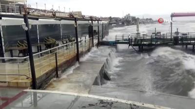 deniz trafigi -  Lodos şiddetlendi, dev dalgalar sahillere vurdu