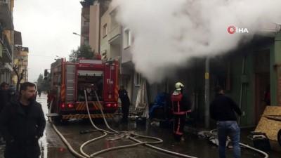 Manisa'da ev yangını: 1'i ağır 4 yaralı