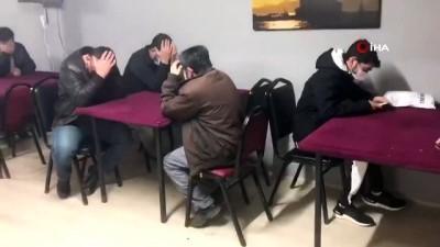 Onlar kumar oynamaktan, polis yakalamaktan usanmadı