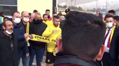 Yeni Malatyaspor taraftarından takıma destek, yönetime tepki