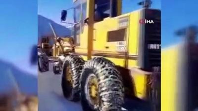 Bayburt'ta kardan kapanan yolar açıldı, mahsur kalan turistler kurtarıldı