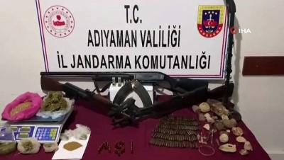 Jandarmanın uyuşturucu operasyonunda tarihi eser ve silahlar ele geçirildi