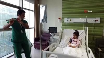 solunum cihazi -  Doktordan iyileştirdiği küçük hastasına müzik dinletisi