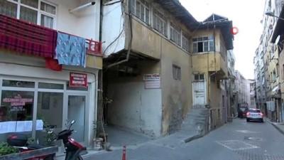 225 yıllık ahşap binanın altından sokak geçiyor