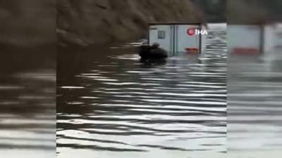 baraj kapaklari -  Baraj sularının ortasında kalan sürücüyü güvenlik korucuları kurtardı