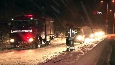 Sarıyer'de aşırı kardan dolayı savrulan ağaç yola devrildi