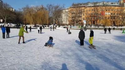 - Berlin'de Buz Tutan Göller, Covid-19 Kısıtlamalarından Bunalanların Eğlencesi Oldu