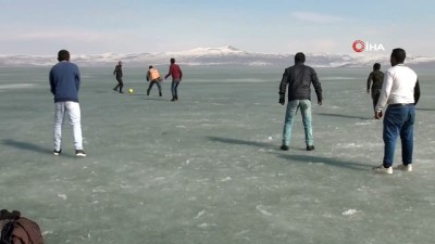 futbol maci -  Donan göl üzerinde futbol keyfi