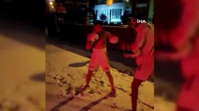 Soğuğa aldırmadan üstlerini çıkarıp kick boks yaptılar