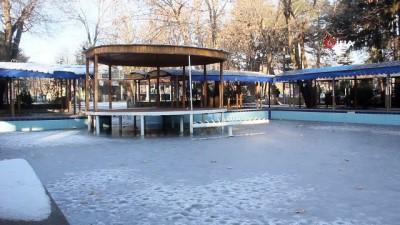 pazarci esnafi -  Doğu Anadolu buz kesti, pazarcılar soğuktan korunmak için soba kurdu
