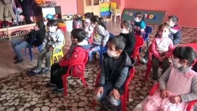 ELAZIĞ - Gençler köy köy gezip film ve müzik etkinliğiyle çocukların yüzünü güldürüyor