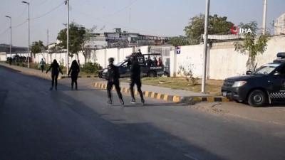 dar sokaklar -  - Pakistan'da suça karşı patenli polis ekibi