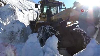 Kar kalınlığının 3 metreyi bulduğu köy yolunda zorlu çalışma